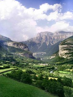 I miss Aragon! - Valle and Mondarruego,Torla, Aragon, Spain Beautiful Sites, Beautiful Places, Places To Travel, Places To See, Madrid, Alicante, Valence, Voyage Europe, Scenic Photography