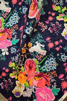 Tela estampada de pájaros y flores en vivos colores sobre fondo azul diseño de…