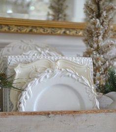 Vocês gostam de louça branca? Eu sou apaixonada!!! Vejam estes pratos que lindos em variados formatos e bordas trabalhadas.  Um luxo via @stonegableblog. #olioli_lifestyle #olioliteam #canalolioli #recebercomcharme #louçabranca  www.recebercomcharme.com.br  manu_touma