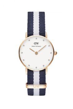 Une montre Daniel Wellington et son bracelet en tissu bleu et blanc. Très chic avec son cadran serti de pierres. La montre Classy Glasgow 26 mm, 99 euros.
