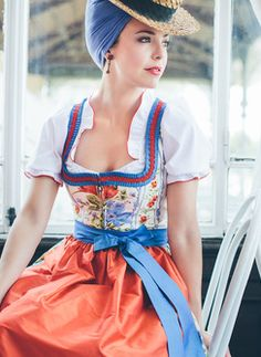 Love the combination of hat, headband and earrings. Great Wiesn hairstyle.