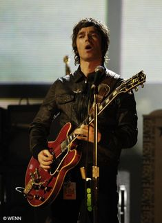 Twitpic Noel Gallagher, Oasis Music, Oasis Band, Liam And Noel, Music Pictures, Playing Guitar, Cool Bands, Music Artists