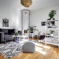 Skånegatan 72 Styling @stylingbolaget Foto @henriknero Via @notarsodermalm #inredningsinspiration #inredning #interior4all #vardagsrumsinspo #vardagsrumsbord #interior #interiör #vardagsrum #kakelugn #etta #compactliving