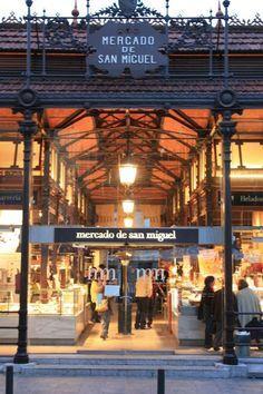 Te apetece una hamburguesa o un vino recién hecho para ti?.  Pásate por el Mercado de San Miguel junto a la plaza Mayor y disfruta de uno de los sitios más bonitos y originales de Madrid