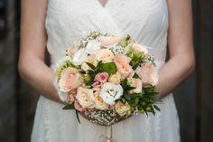 Zu jedem Hochzeitshooting gehört der Brautstrauß. Ein wichtiges Detail, am liebsten natürlich in den Händen der Braut. #brautstrauß #hochzeitsfotograf #hochzeitsfotografsalzburg #hochzeitsfotografie #taulightmedia #hochzeit #wedding #weddingphotographer #austria #salzburg Salzburg, Floral Wreath, Wreaths, Home Decor, Wedding Photography, Photo Shoot, Floral Crown, Decoration Home, Door Wreaths