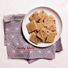 C'est l'heure du goûter! Je vous propose une recette rapide de cookies vegan, crus et sans gluten! Il vous faut: - 1 verre de farine de riz - 1 verre de sucre de coco (ou sucre complet) - 4 cuillères à soupe d'huile de coco fondue - du lait végétal (jusqu'à obtention d'une pâte à cookies, environ 3 cuillères à soupe mais ça peut varier selon la taille du verre!) - 1 cuillère à café d'extrait de vanille liquide (optionnel) - des pépites de chocolat - 1 verre de poudre d'amande - 1/2 verre de…