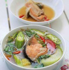 Cách nấu canh chua đầu cá hồi: Bước 1: – sau khi rửa sạch bạc hà và đậu bắp ta bắtđầuthái xéo. – Thơm gọt vỏ, bỏ mắt, thái thành lát. – Cà chua thái dạng múi cau. – Rau om ngò thái thành từng đoạn nhỏ. Bước 2: Cho me vào tô cùng với ½ chén nước đun sôi để nguội, gạn lấy phần nước me. Bước 3: – Rửa sạch đầu cá hồi bằng chút muối và rượu rồi xả lại bằng nước lạnh. – Cho đầu cá vào tô lớn, ướp cùng với nước mắm, chút muối, tỏi băm nhỏ, ít tỏi đã phi, 1 quả ớt hiểm băm nhỏ hoặc đập dập. Bước…