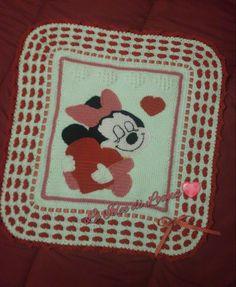 Copertina baby in lana baby rossa e bianca con Baby Minnie al centro, cuoricini bianchi in rilievo e rossi con nastrino rosso a pois bianchi. Tecnica uncinetto.