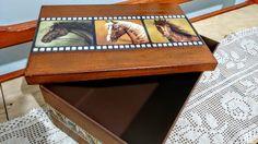 Caixa em MDF decorada com motivo de cavalos em cores neutras ideal para o público masculino.  Técnica: decupagem de papel e pátina com vela, finalizada com cera.