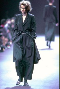 Comme des Garçons Fall 1992 Ready-to-Wear Fashion Show - Sandra Bernhard Minimal Fashion, Urban Fashion, 90s Fashion, Runway Fashion, Fashion Show, Fashion Looks, Fashion Design, Fashion History, Fashion Models