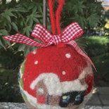 Natale - pallina di Natale con paesaggio in lana cardata Needle Felted Animals, Felt Animals, Needle Felting, Felt Christmas, Xmas, Christmas Ornaments, Christmas Decorations, Holiday Decor, Felt Ornaments
