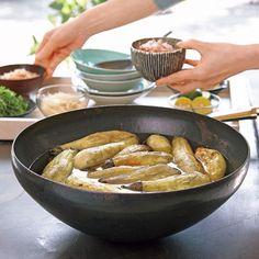 なすのおいしさをシンプルに味わえる焼きなす。まとめて焼いて、薄味のだし汁につけておくと、2~3日保存できるのでレシピも広がり重宝します。