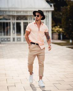 A primavera chegou e com ela o calorzinho também, que tal apostar numa camisa com mangas curtas e no chapéu como acessório? Vejam mais outfits masculinos para as estações quentes do ano no blog Marco da Moda - Foto: Zoran Avramovic