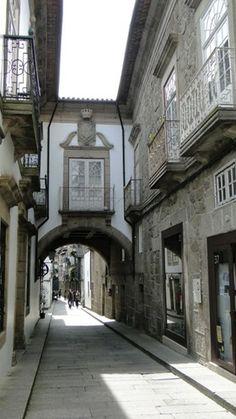 Guimarães, o berço de Portugal | via Viaggiando 04.03.2014 | A cidade soube preservar o seu passado memorável e seu Centro Histórico é considerado Património Cultural da Humanidade pela UNESCO.  Foto: Rua de Santa Maria - Guimarães