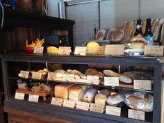 幸せを運ぶパン屋さん Bread Display, Bakery Display, Bread Shop, Rustic Cafe, Farm Shop, Bakery Cafe, Shop Interiors, Room Interior, Baking Recipes