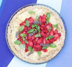 Gluten-free strawberry brie pie. Gluteeniton mansikka-briepiirakka