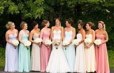 Madrinhas com vestidos de cores diferentes, o tom pastel criou a harmonia visual ficando tudo combinando, delicado e lindo. Vocês já escolheram a cor do vestidos das suas dindas?