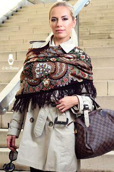 http://shop.a-la-russe.de/wp-content/uploads/2012/10/a-la-russe-campaign-russian-shawl-scarf-posad-foulard-scialle-toquilla-russo-ruso-russisch-blumen-%C3%A0-la-russe-fashion-blau-wolle-wool-luxury-luxus-braun1.jpg