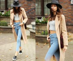 light denim, skinny jeans, sneakers, trench coat, hat, crop top, grey, neutral, fedora, fall, sweater, chic, simple