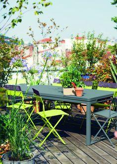 Un jardin 100% green comme une jungle moderne avec les chaises fluo !