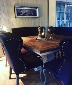 Lekkert hos @karinadorte. Spisebord stoler spisesofa skap speilbilde og decor fra @classicliving