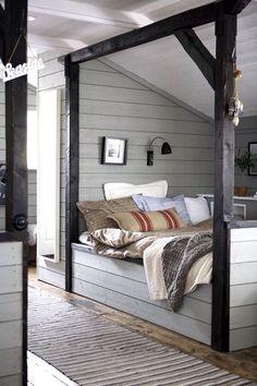 Спальня, загородный дом, серый цвет, дерево в интерьере