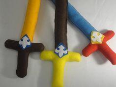 Confeccionada em feltro com enchimento  e cinturão para colocar colocar a espada com ajuste em velcro.