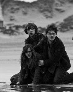 Harry Potter I love this pic. Describes of how Harry is so scared that Hermione is hurt and he is worried and protective and sad and hurt. They're like siblings, whereas Ron+Hermione is an OTP! Harry Potter Tumblr, Harry James Potter, Harry Potter Hermione, Photo Harry Potter, Arte Do Harry Potter, Harry Potter Pictures, Harry Potter Universal, Harry Potter Characters, Harry Potter World