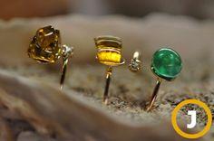 비치코밍이 수거한 유리병(아래)은 반지로 업사이클링되기도 한다.  재활용 반지 [사진 중앙포토]
