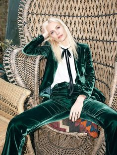 green velvet suit and pants 70s Fashion, Fashion Week, Look Fashion, Fashion Outfits, Womens Fashion, Fashion Trends, Fall Fashion, Looks Style, Looks Cool