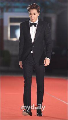 Lee Min Ho's arrival at the 2015 Paeksang Arts Award Ceremony.