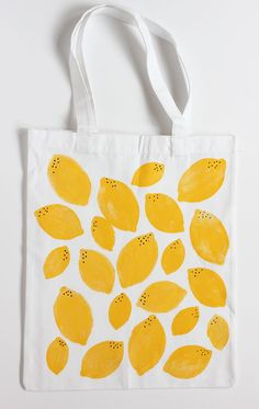 DIY Stamped Lemon Tote Bag - Alice and Lois DIY gestempelte Zitronen-Einkaufsta., Diy Abschnitt, bags and totes how to make DIY Stamped Lemon Tote Bag - Alice and Lois DIY gestempelte Zitronen-Einkaufsta. Sacs Tote Bags, Diy Tote Bag, Tote Bag Crafts, Canvas Tote Bags, Bag Sewing, Simple Bags, Printed Tote Bags, Cotton Bag, Handmade Bags