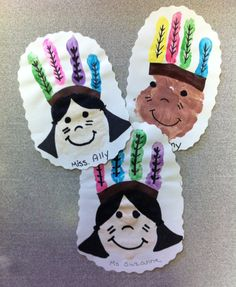Thanksgiving Crafts for Kids to Make - Indian Handprint Craft - Kinder Ideen Thanksgiving Preschool, Thanksgiving Crafts For Kids, Crafts For Kids To Make, Fall Crafts, Holiday Crafts, Art For Kids, Thanksgiving 2013, Daycare Crafts, Classroom Crafts