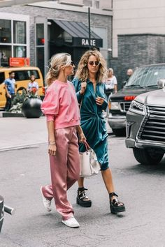 Esqueça as cores mornas das estações frias: a moda inverno 2019 vem com color… Forget the warm colors of cold seasons: 2019 winter fashion comes with pastels, neon, and even intense colors! Come check out the trends. Looks Street Style, Street Style Trends, Looks Style, Looks Cool, Nyfw Street Style, Look Fashion, Korean Fashion, Winter Fashion, 50 Fashion