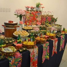 Esse é um belo exemplo de decoração prática e criativa para festa junina ao estilo DIY - Do It Yourself (do inglês, faça você mesmo). Cestos de palha, flores e pedaços de chita dão um charme especial à mesa.