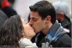 ¿Has padecido la enfermedad del beso? (gesto de asco en 3,2...1) - http://www.leanoticias.com/2014/11/12/has-padecido-la-enfermedad-del-beso-gesto-de-asco-en-32-1/