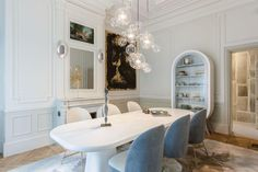 Diseño contemporáneo y formas curvas en un depto parisino La mesa de comedor en Corian (Sé London) se rodeó de sillas 'Beetle' —vistas también en la entrada y en el living con chimenea— diseñadas por Jaime Hayón (Sé London) y tapizadas con géneros de Kvadrat. El vajillero es un diseño de Gérard Faivre, a cargo de todo el proyecto. En la pared, esculturas d. / Estudio Gérard Faivre
