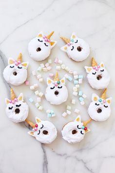 Donuts schmecken nicht nur lecker, sondern sehen auch toll aus! Ich verrate dir mein Lieblingsrezept für selbst gebackene Mini-Einhorn-Donuts!