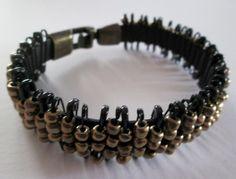 Armband aus Kautschuk und Roccailles