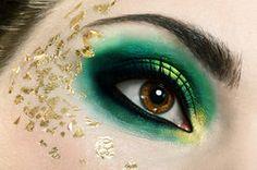 Grüner Lidschatten hebt Ihre Augen hervor.