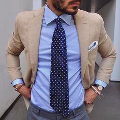 Navy necktie with dots, camel jacket. Dapper Gentleman, Gentleman Style, Mens Fashion Suits, Mens Suits, Fashion Menswear, Stylish Men, Men Casual, Terno Slim, Suit Combinations