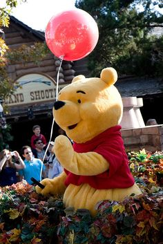 Pooh with red balloon, Parade, Walt Disney World, Orlando, Florida. This is the cutest thing ive ever seen :) Disney World Florida, Disney World Parks, Disney World Vacation, Disney World Resorts, Disney Vacations, Disney Trips, Disneyland America, Florida Disneyworld, Walt Disney World Orlando