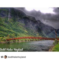 Fra den ene til den andre. #reiseliv #reisetips #reiseblogger #reiseråd  #Repost @bodilhelenhoyland (@get_repost)  #gudvangen