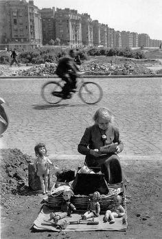 Willy Ronis - Le marché aux puces, Porte de Vanves, Paris, 1948.