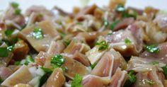 Ingredientes para 4 pessoas: 2 orelhas de porco lavadas 6 dentes de alho picados (ou cebola) 1 molho de coentros picados (ou salsa) ...