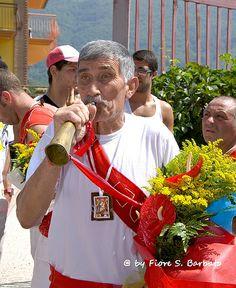 """Monteforte Irpino (AV), 2009, Festa della Madonna del Carmine: la processione dei """"battenti""""."""