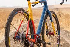 Bij de lokale crosswedstrijden in de VS gaat het er soms kleurrijk aan toe. Het crossteam van Mash is daar een mooi voorbeeld van. Het is een understatement dit een opvallende verschijning te noemen. De fiets op zichzelf, maar al helemaal in combinatie met het bijpassende tenue.