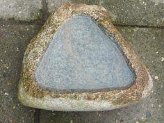 sierstenen vormen, driehoek, vogelbadje gemaakt van een zwerfkei