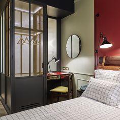 Le dressing de la chambre est dissimulé dans la verrière gris anthracite.