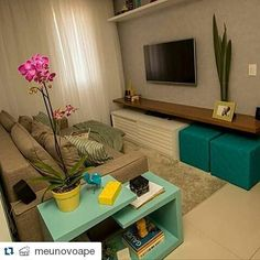 Sala pequena e inspiradora! Tons neutros como base e colorido nos acessórios, uma ótima aposta para a sua sala de estar. Repost by @meunovoape  #blogumeuminiape #meuminiape #saladeestar #salapequena #ambientesreais #decor #decoracao